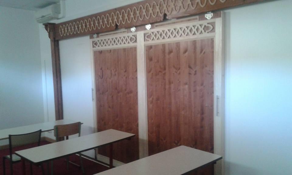 porte coulissante separant la salle de cours et la salle de priere